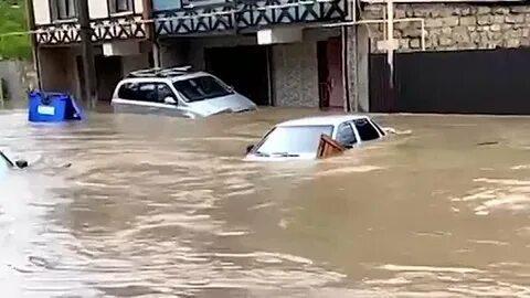 Посмотрите надороги имашины под водой— Керчь затопило